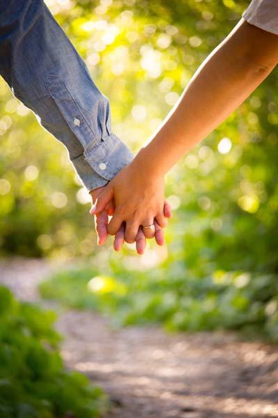 Haendchen-halten-glueckliche-Beziehung